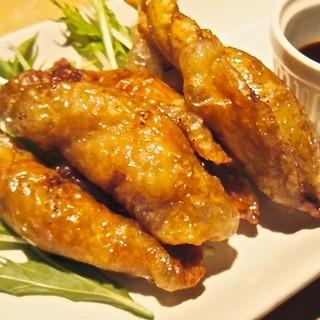 串だけじゃない!鶏皮を使用した餃子は常連客に人気の一品!