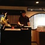 和鶏屋 - H.28.3.17.夜 カウンター席からレジ方向(Oオーナーは何を想うのか)掲載許諾済