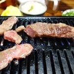 焼肉 初栄 - ステーキと焼肉を焼いているところ