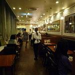 カフェ・ドゥ・エソラ - 店内は割と広め。