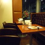 カフェ・ドゥ・エソラ - いちばん奥にはソファ席があります。