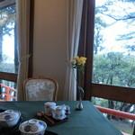48740705 - 其々のテーブルには生花。