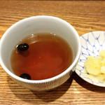 日本橋 天丼 金子半之助 - 黒豆茶とガリごぼう