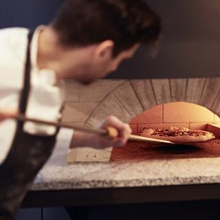 本格ピザ窯で焼き上げたピザ