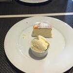 アヴァンティ - デザートはチーズスフレとアイスクリーム