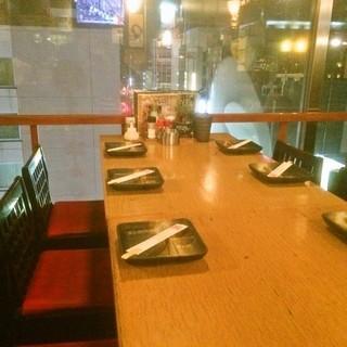 すすきのの夜景がみえる窓側テーブル席!