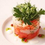 プリミ・バチ - 料理写真:北海道産ホタテ貝とサーモンのタルタル 西洋わさびとヨーグルトノソース