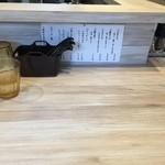 麺屋 TAKA - カウンター席(紙ナプキン完備・水はセルフ)