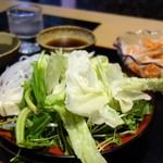 しゃぶらく - 野菜は野菜バーからセルフサービス。残り少ない野菜をかき集めたらレタスばかり…(牛しゃぶSランチ)