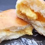 48777065 - 2016クリームの入ったパン中身が見える写真