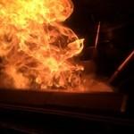 札幌 炎神 - 【2016年02月】スープの入った鍋を火炎放射器みたいなバーナーで炙ると、燃え盛っております。