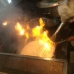 札幌 炎神 - 【2016年02月】スープの入った鍋を火炎放射器みたいなバーナーで炙った後、火も残ってるうちから、混ぜ合わせてます。