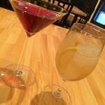 Cafe & Bar OZ - 洋梨とクランベリーのカクテルと杏とレモンのカクテル