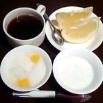 48781698 - デザート類とコーヒー