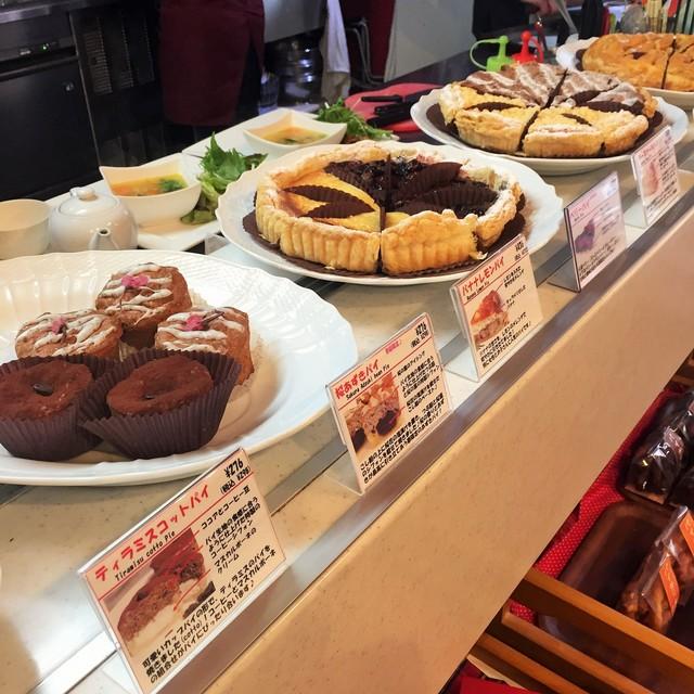 ボン モマン - カウンターにパイやキッシュが25種類ほど