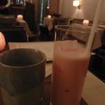 インド料理 想いの木 - あまおうラッシー(1,080円)とレモン入りのお水(2016/2)