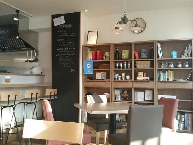 デスク カフェ 中央林間店 - 店内の書棚。