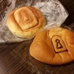 手作り パン工場 ロアール - 仁徳天皇陵が近いので、御陵にちなんだパンが売られています