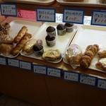 手作り パン工場 ロアール - どれも素朴ながら美味しそうです