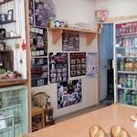 手作り パン工場 ロアール - いろいろと雑多に並べられていて、ちょっと楽しいお店