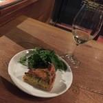 ストンウェル - 自家製キッシュ ほうれん草とベーコン・グラスワイン白(エンデルレ・ウント・モルキュヴェ・カヤ)