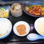 48794615 - チョイスメニュー1品、サラダ、ライス、小鉢、スープ、漬物