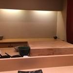 48795345 - フラットな白木のカウンターに一段高いまな板で、職人の仕事を真直に見る事が出来る