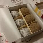 48799432 - 「紙箱6個入り (920円)」で、「芥子餅」と「ニッキ餅」を3個ずつ