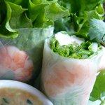 パクチー・バー ゴールデン・バーニング - ゴイ・クン(鶏肉と海老、新鮮ハーブのベトナム風生春巻き