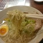 らーめん 三吉 - ガパオ塩らーめん麺リフト