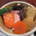 料理天国 いわた - ひじきと大豆、人参、筍、蒟蒻の煮物に、塩鮭、蒲鉾、玉子焼きの盛合せアップ