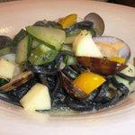 トスカネリア - アサリと有機野菜のペペロンチーノ イカ墨のタリアテッレで