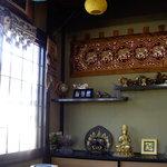 カトマンド・カフェ - 2階の座敷の飾り棚です。 隠れ家的。