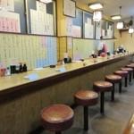 大衆割烹 寿久 - お店の壁一面にはメニューが貼ってあり一人で飲まれる方も多いのか長いカウンター席も用意してありました。