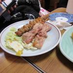 大衆割烹 寿久 - 焼鳥串焼きセット510円、大きなモモ串が二本、鳥皮一本がセットになった焼鳥です。