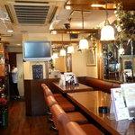福寿亭 - 落ち着いた色調で統一された店内。