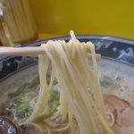 たえちゃんラーメン - 麺は中細麺でしょうか。カタで頼んだけど、もっとカタでも良かったかな~。
