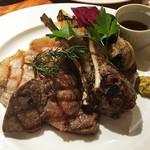 48826933 - いろいろお肉と野菜の炭火焼き盛り合わせ(牛ロース・やまと豚・仔羊)