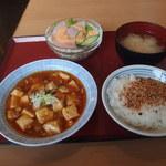 48827971 - マーボー豆腐、味噌汁、ライスミニ、ハムサラダ 529円