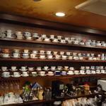 自家焙煎珈琲 珍竹林 - カウンターの壁に飾られたコーヒーカップは見ごたえがあります