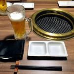 焼NIQ - テーブルセッティング & 生ビール(2口飲みました)(2016年3月)