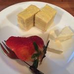 モロゾフ - お通し/玉子焼き、チーズ、いちご