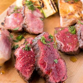 炭火で焼き上げる塊肉は極上の味わい!4種肉盛りもオススメ!