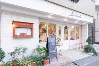 ラ・ファミーユ - 白く清潔感あるお店