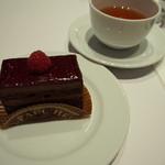 ジャン=ポール・エヴァン バー・ア・ショコラ イセタン フードホール ルクア イーレ店 - 奥のは紅茶♪JPHメランジュ(ジャン=ポール・エヴァンが自らブレンドしたショコラに合う紅茶)