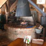 ふくろうの森 - 暖炉。薪の扱いは誰がしてもいいそうです。