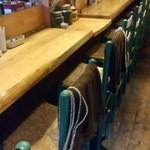 プエブロ - 鰻の寝床状の店内はぬくもり感のある洒落たカウンターの奥にテーブル席。小さな2人がけ席も。