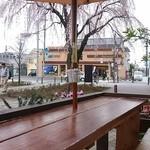 プエブロ - 4人が定員かな、枝垂れ桜を見ながら昼間からワインを頂けるテラス席もランチタイムも予約可能。
