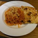 4884335 - アマトリチャーナ(ベーコン、オニオンとチーズのトマトソース)とフォカッチャ