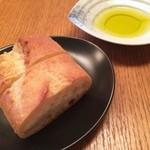 48844665 - フランスパンとオリーブオイル